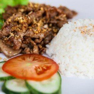 Varkensvlees met Knoflook en Peper (Moo Kra-Tiam)